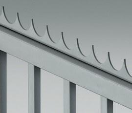 Острое окончание в форме стального гребня может устанавливаться на верхнем крае створки ворот.
