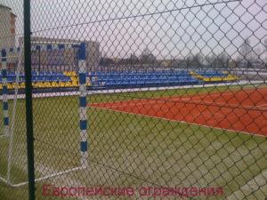 Сетка Plasitor tennis высота 3м. на спортплощадке с покрытием из искусственной травы
