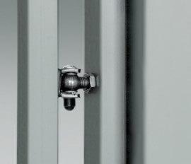 Петля крепленная к монтажному швеллеру прикрепленному к столбу, предоставляет возможность установки калитки к стальному или бетонному столбу.